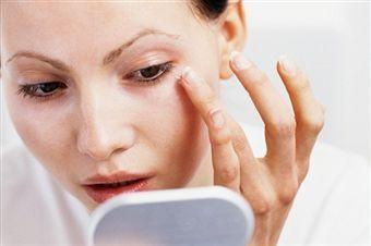 Foto: Îngrijeşte-ţi corect pielea din jurul ochilor!