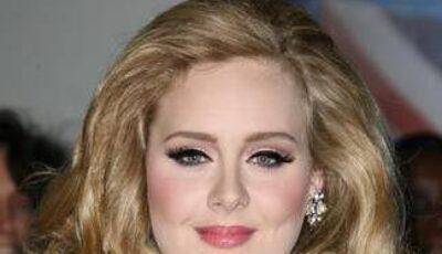 """O recentă carte o face praf pe Adele! Cântăreaţa îşi """"face curaj"""" cu multă băutură înainte de a urca pe scenă"""