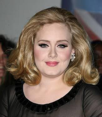 """Foto: O recentă carte o face praf pe Adele! Cântăreaţa îşi """"face curaj"""" cu multă băutură înainte de a urca pe scenă"""