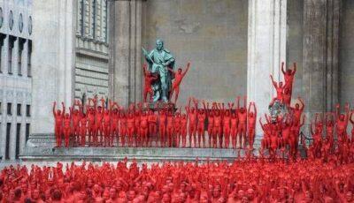 Peste 1.700 de persoane au pozat nud! Motivul te va lăsa mască!