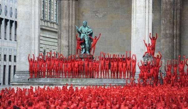 Foto: Peste 1.700 de persoane au pozat nud! Motivul te va lăsa mască!