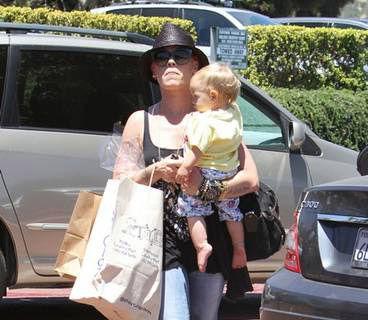 Foto: Pink, o mămică model. Uite cum își răsfață fiica!