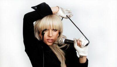 Artista îşi face curaj pentru a urca pe scenă. Lady Gaga bea vin roşu înainte de concert!