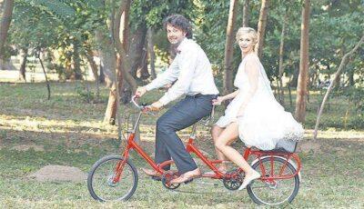 Dana Rogoz şi soţul ei, Radu Dragomir, au venit la propria nuntă pe bicicletă!
