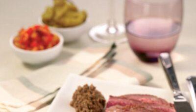 Friptură de vită la grătar cu ardei, capere şi ardei iute