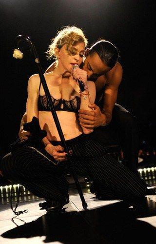 Madonna, show erotic cu iubitul pe scenă. Fotografii incendiare!