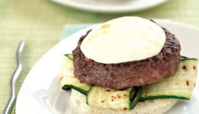 Hamburgeri de vită cu mozzarella, pe pâine şi dovlecei