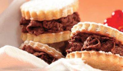 Biscuiţi fragezi umpluţi cu ciocolată