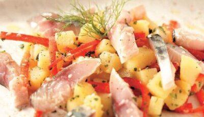 Salată de macrou marinat cu ardei gras şi cartofi