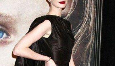 Anne Hathaway surprinsă într-o ipostază jenantă. S-a văzut tot!