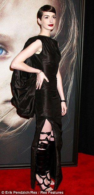 Foto: Anne Hathaway surprinsă într-o ipostază jenantă. S-a văzut tot!