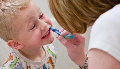 Când începi să speli dinții bebelușului