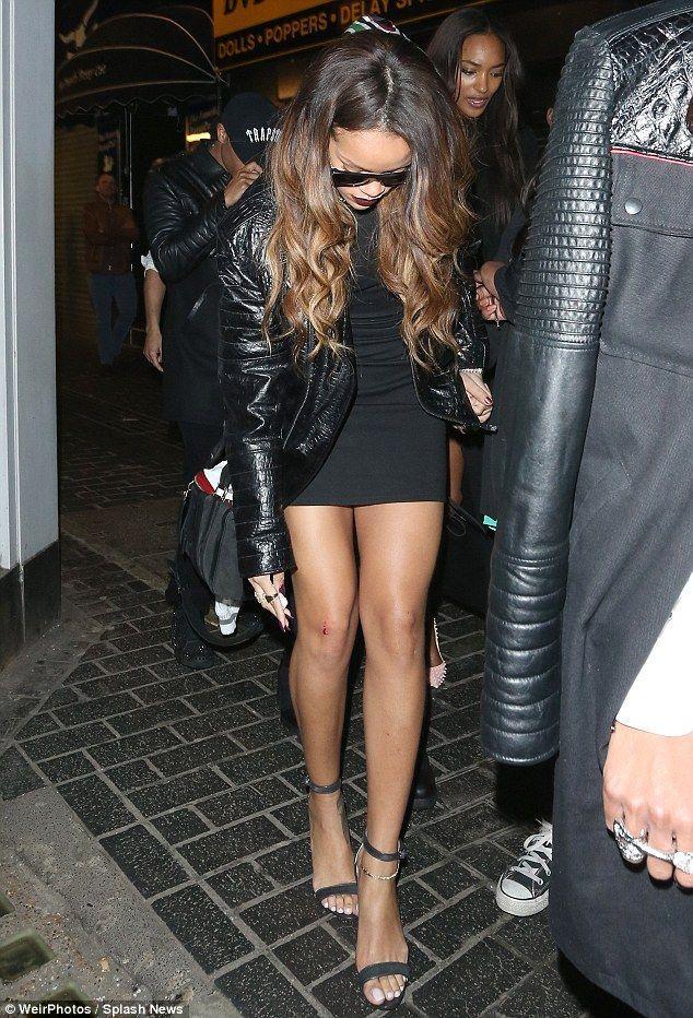 Rihanna cu genunchii însângeraţi!