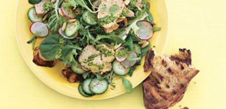 Salată cu pui, ridichii și castraveți