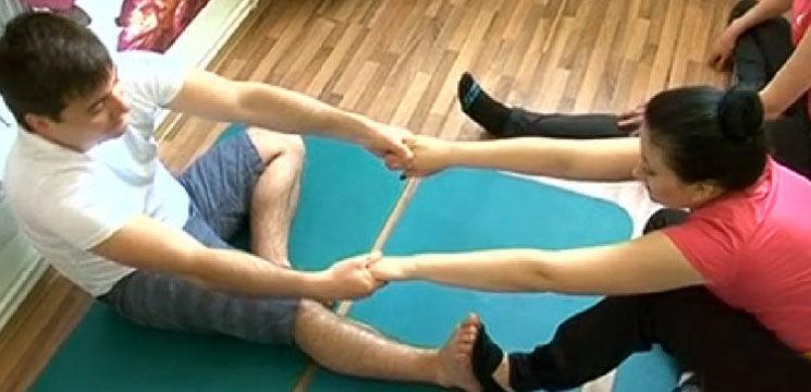 Vezi câteva poziţii de yoga în cuplu, de la Costi Burlacu şi Corina Ţepeş!