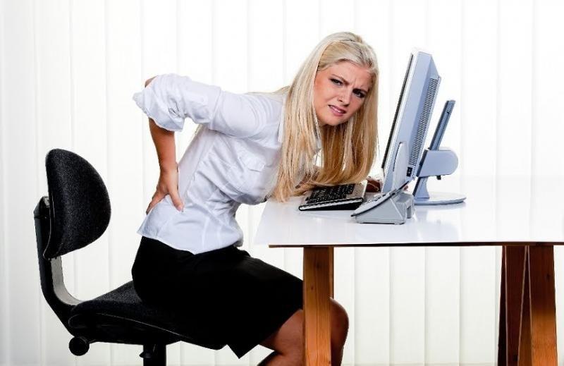 Stai prea mult pe scaun? Vezi la ce pericole te supui!