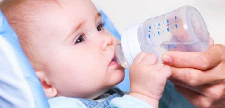 Cât și ce trebuie să bea copiii mici