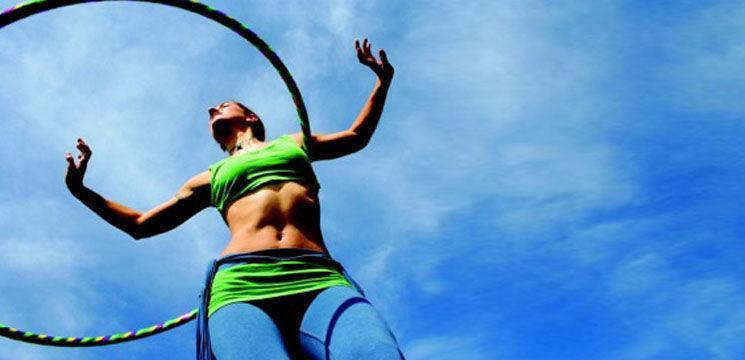 """Mișcările """"Hula-hoop"""" îți subțiază talia!"""