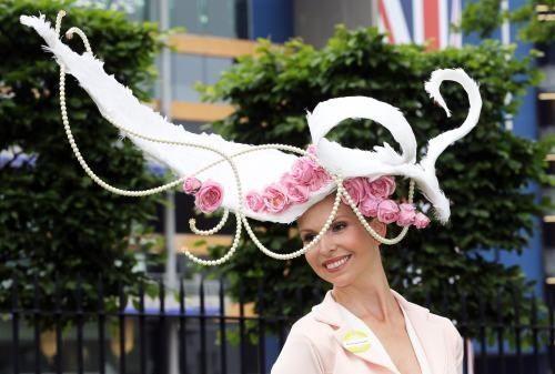 Pălării ciudate la cursa de cai din Anglia!