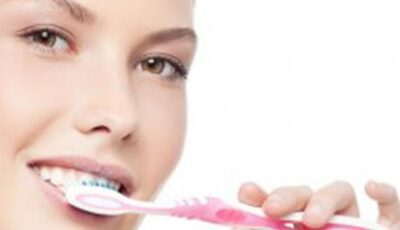 Periajul dinților imediat după masă poate afecta grav dantura