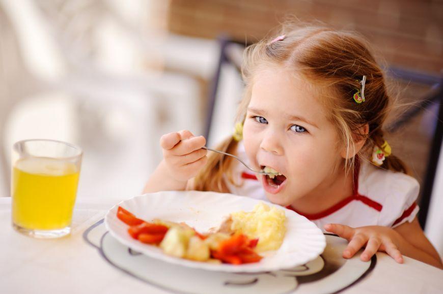 5-sfaturi-ca-sa-faci-copiii-sa-manance-mai-sanatos_size1