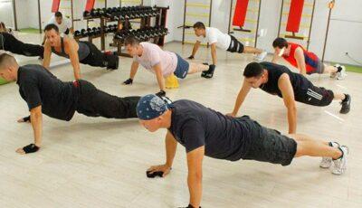 Sport combinat pentru bărbați: aparate de forță și exerciții fizice!