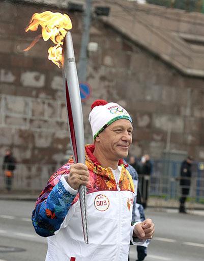 Au dus flacăra olimpică pe străzile din Moscova!