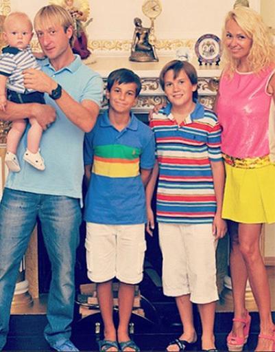 Evgeni Plushenko și fiul său Sasha și Jana Rudkovskoj copii - Andrew și Nicky