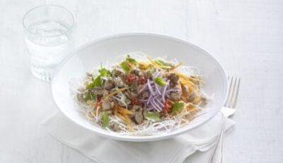 Salată de tăieței de orez și curcan cu dressing de lime și ardei iute