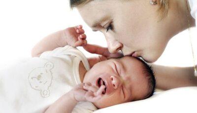 Un obicei banal al mamelor poate afecta semnificativ dezvoltarea copiilor