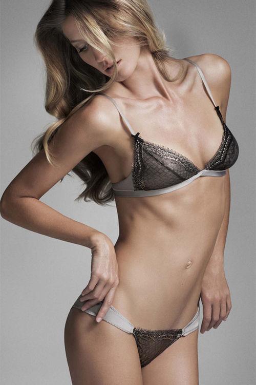 Modelul Frida Gustavsson se menține în formă cu yoga și pilates!