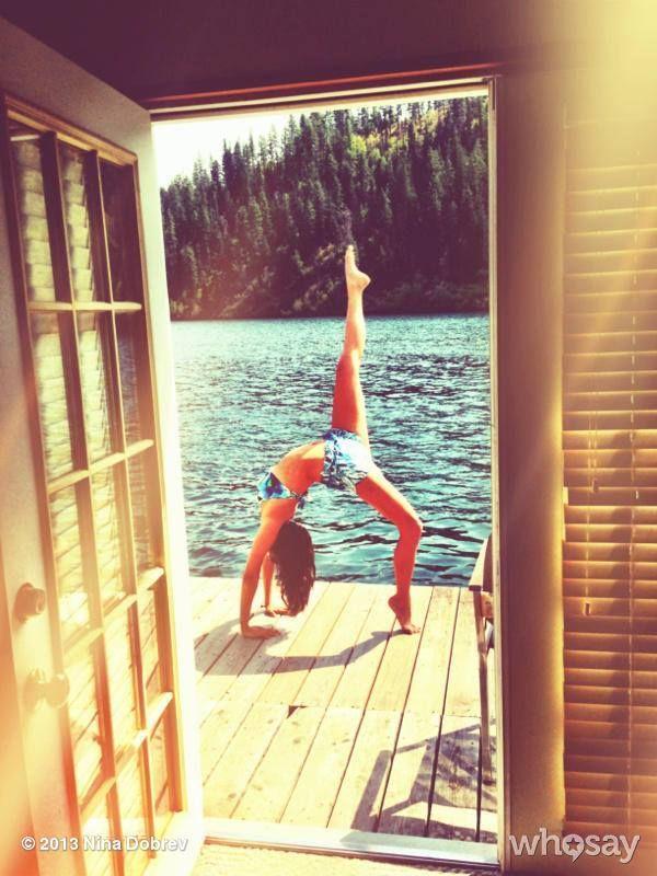 Nina Dobrev se menține în formă cu yoga!
