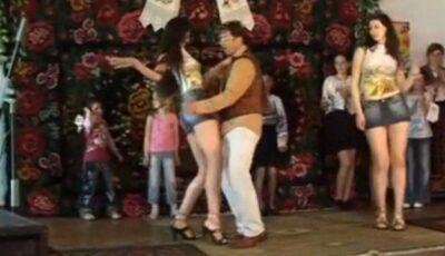 Ricky Ardezianu se dă în spectacol erotic, pe o scenă din sat!