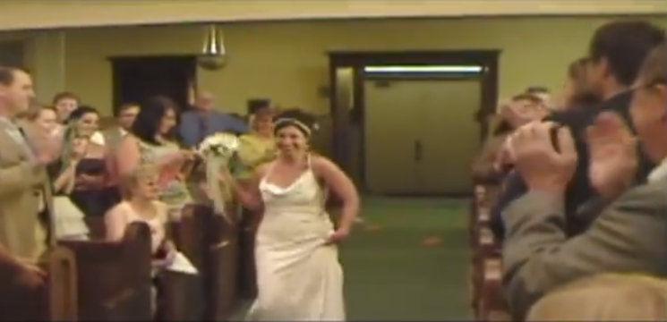 Au râs în hohote, când mirii au intrat în Biserică!