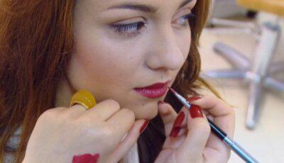 Seducţia buzelor roşii. Cum le obţii? (tutorial video)
