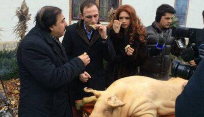 Măruță a făcut focul iar Ion Paladi cu nea Botgros au tăiat porcul!