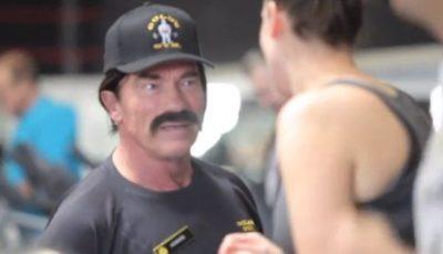 Arnold Schwarzenegger, deghizat,  la sala de forță!