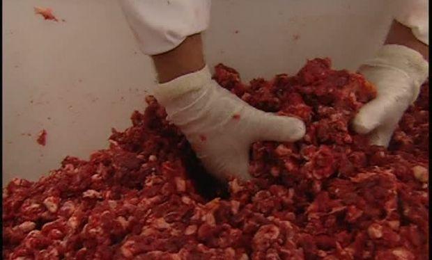 Foto: Ţările europene dau carnea tocată la câini, iar noi o consumăm fără să ştim care sunt consecinţele