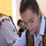 Foto: Costumul popular a devenit uniformă școlară!