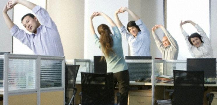 Foto: Exerciții la birou pentru tonifierea mușchilor!