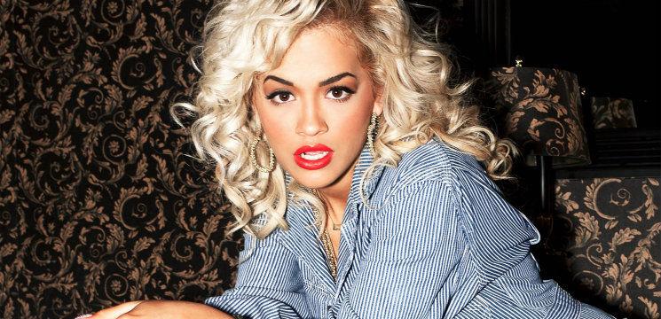 Foto: Dezastru! Rita Ora, în pijamale şi papuci de plastic pe stradă!
