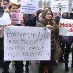 Foto: Zeci de femei au protestat împotriva legii care diminuează îndemnizația copiilor