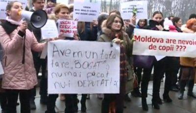Zeci de femei au protestat împotriva legii care diminuează îndemnizația copiilor