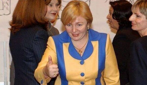 Ex-soția preşedintelui Vladimir Putin poartă haine în culorile drapelului Ucrainei!