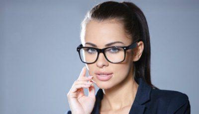 Porți ochelari? Iată cum te poți aranja pentru un look perfect