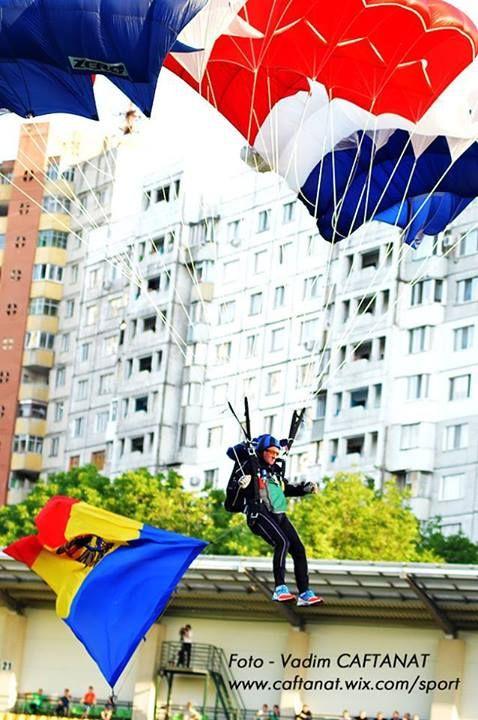 Până acum, comentatorul politic Oazu Nantoi a sărit cu parașuta de aproximativ 1124 de ori. Cu toate că are 66 de ani, politicianul nu se lasă de această pasiune, iar cel mai recent salt a fost făcut pe 25 mai, la ceremonia de inaugurare a finalei Cupei Moldovei la fotbal.