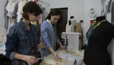 Cămăși-rochii albe în vitrinele de la Ia Mania, semnate de  Tatiana Balaban!