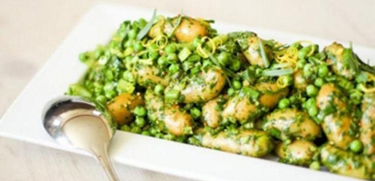Foto: Salată mazăre, sparanghel şi cartofi noi