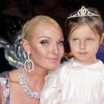 Foto: Anastasia Volocikova a pozat cu sânii goi alături de fiică sa
