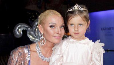 Anastasia Volocikova a pozat cu sânii goi alături de fiică sa